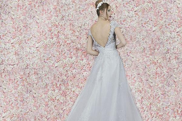 půjčení svatebních šatů z krajky Praha