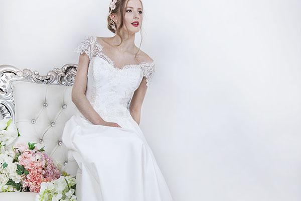 svatební šaty s krajkové spadlé ramínky