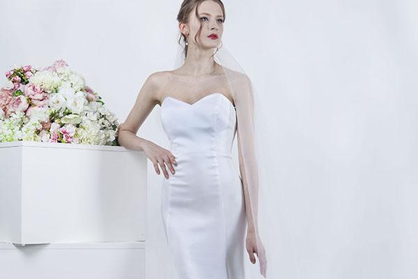 čistá linie svatebních šatů bez ramínek