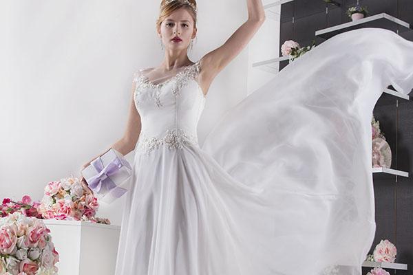 svatební šaty s korzetem a splývavou sukní