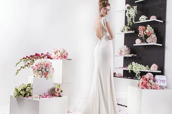 rovné svatební šaty s holými zády