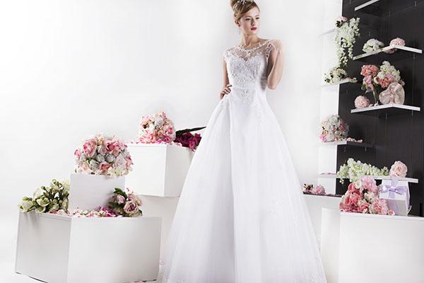 svatební šaty s rukávky a bohatou sukní