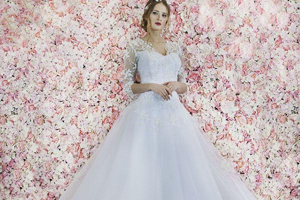 půjčení svatebních šatů s rukávem