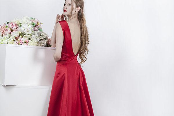 saténové červené šaty a holá záda