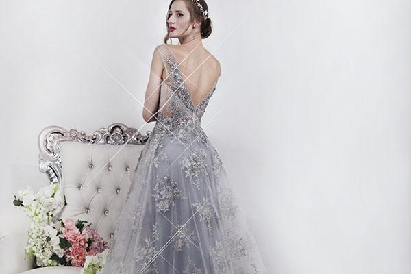 Třpytivé stříbrné šaty na maturitní ples