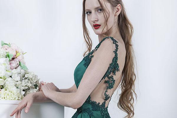 Sexy krajka na večerních šatech zelené barvy