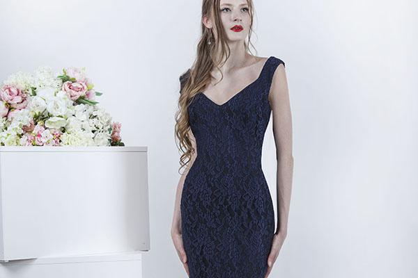 Společenské šaty tmavě modré barvy s karjkou