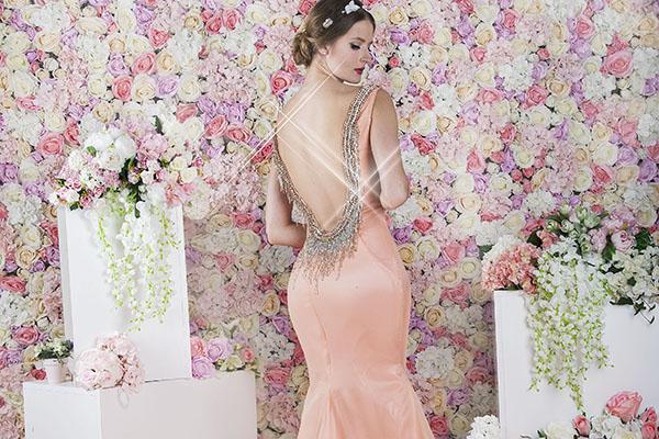 Společenské šaty střihu možská panna meruňkové barvy