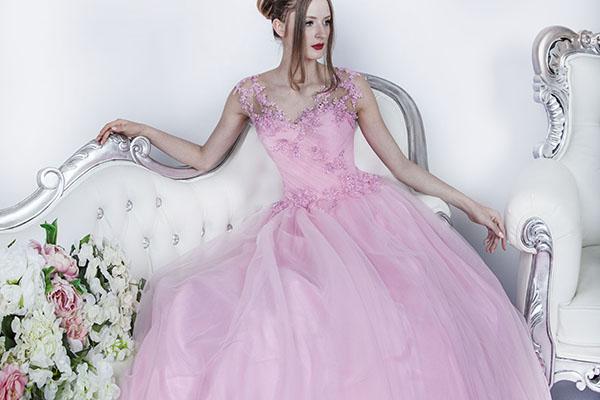 Jednoduché a elegantní šaty na maturitní ples