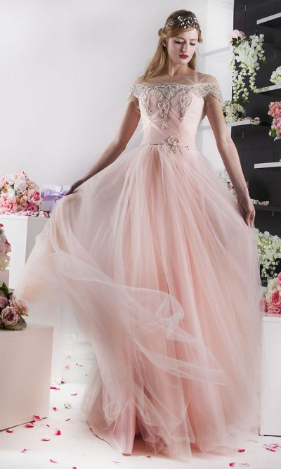 tylové plesové šaty meruňkové barvy