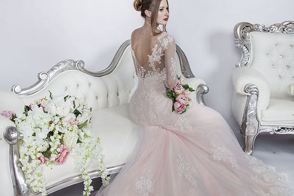 elegantní růžové svatební šaty Praha