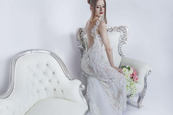 svatební šaty s dlouhou tylovou vlečkou
