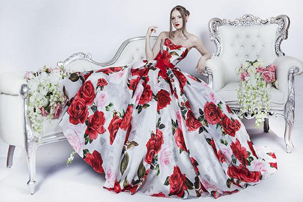 Jeidnečné červené šaty s květinami