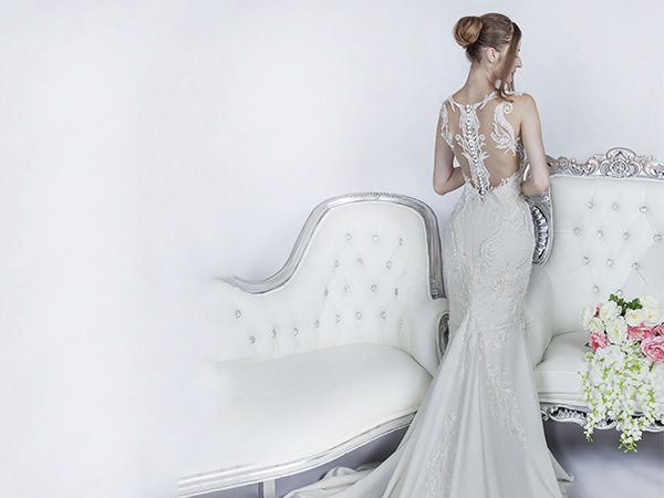 Svatební šaty a holá záda v Praze