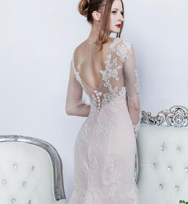 Svatební šaty s knoflíčky a rukávy