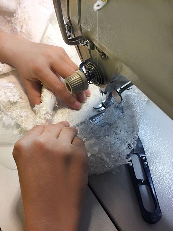 Práce s delikátní francouzskou krajkou na šatech