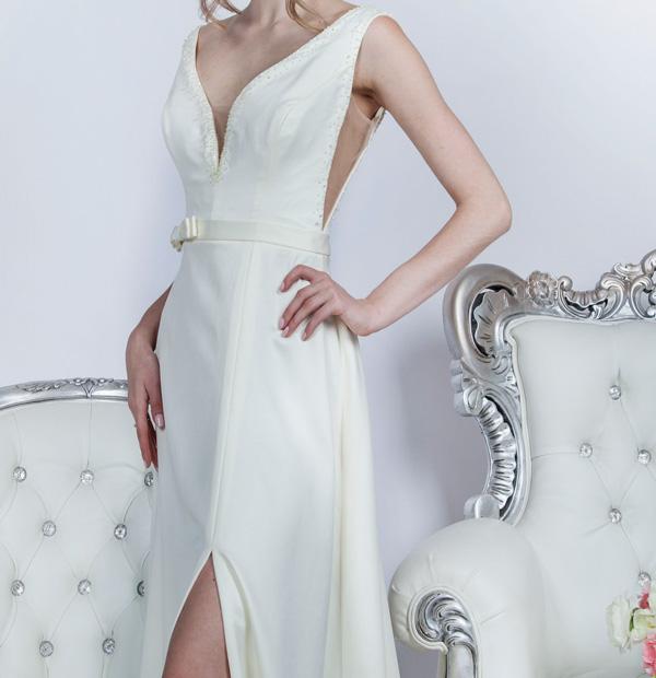 Svatební šaty s hlubokým dekoltem a malou mašličkou
