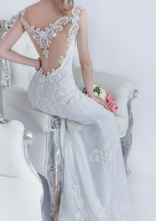 Svatební šaty a holá průhledná záda
