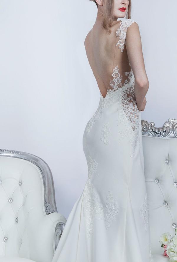 Průhledné elementy na svatebních šatech jsou in