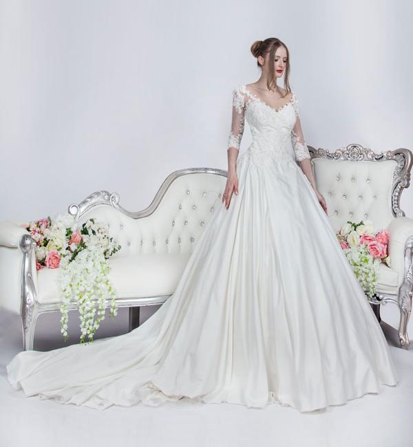 svatební šaty se staatenovou bohatou sukní a rukávy