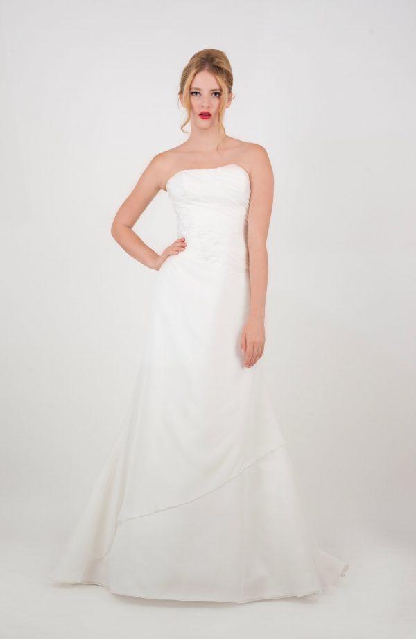 Smetanové svatební šaty s drapováním a korzetem