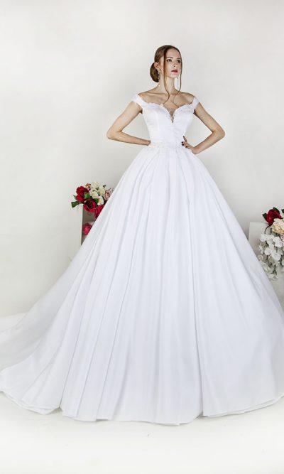 Svatební šaty ze saténu zdobené krajkou se spadlými ramínky a srdíčkovým výstřihem