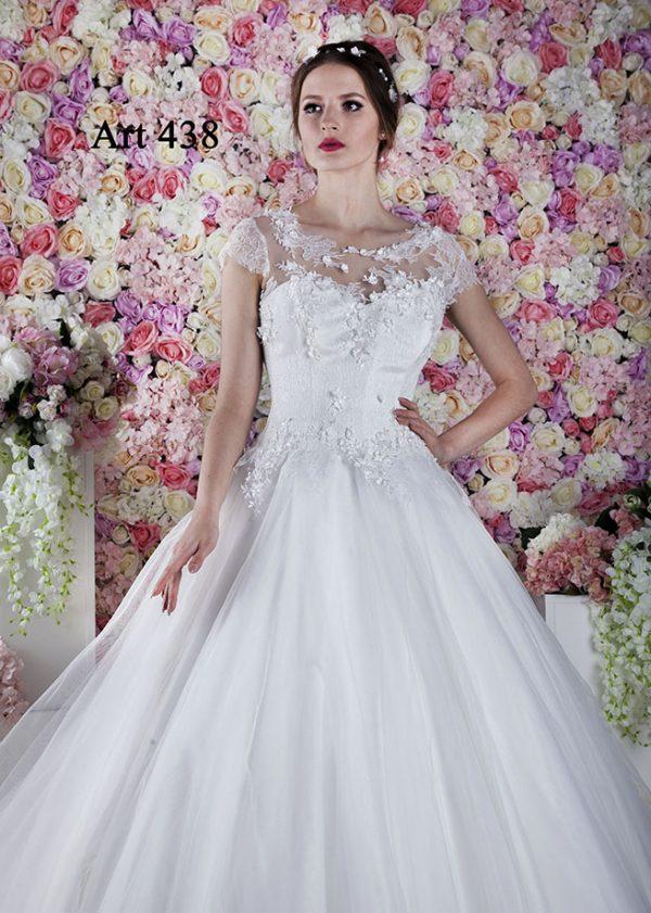 Svatební šaty s krátkým krajkovým rukávkem