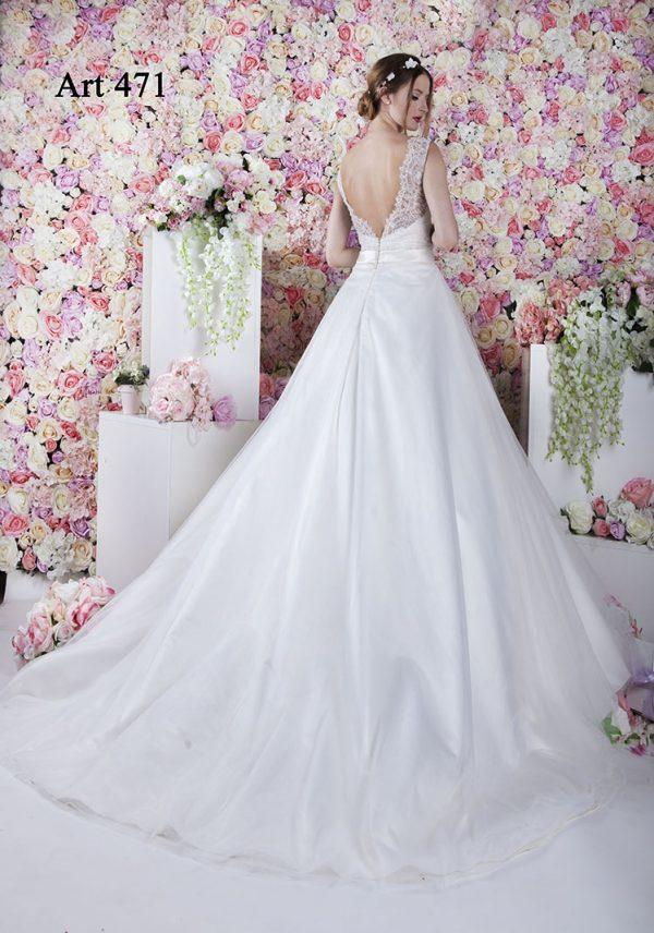 Svatební šaty s dlouhou impozantní vlečkou