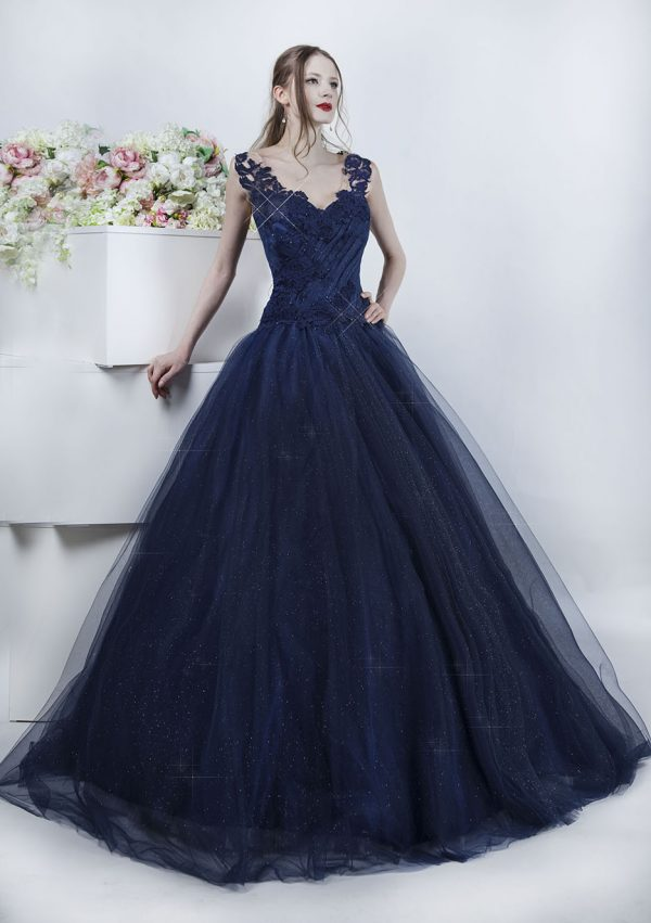 Krásné tmavě modré šaty na ples