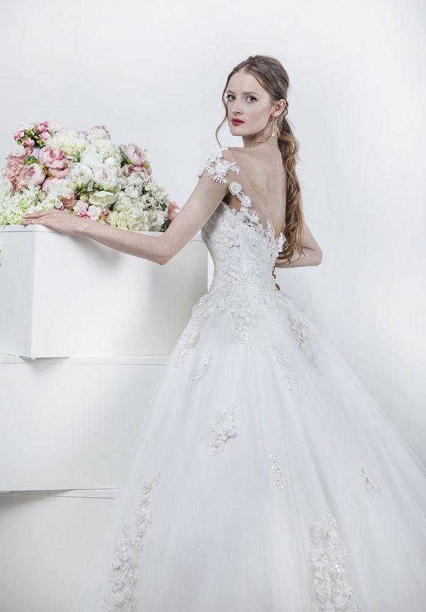 Svatební šaty s průhlednými elementy