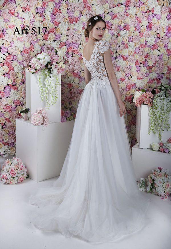 Svatební šaty a průhledné krátké rukávky