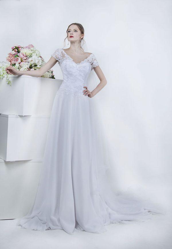 Svatební šaty se spadlými ramínky a krajkou