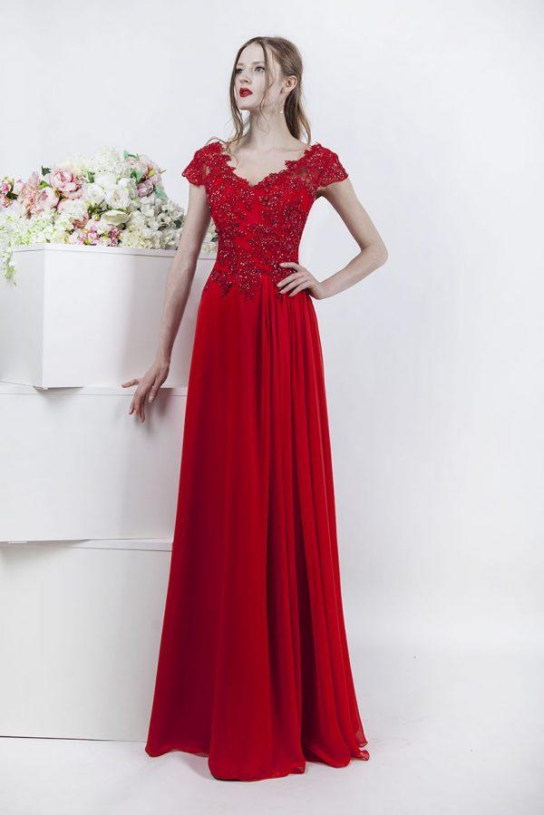 Splývavé večerní šaty s plizé na sukni