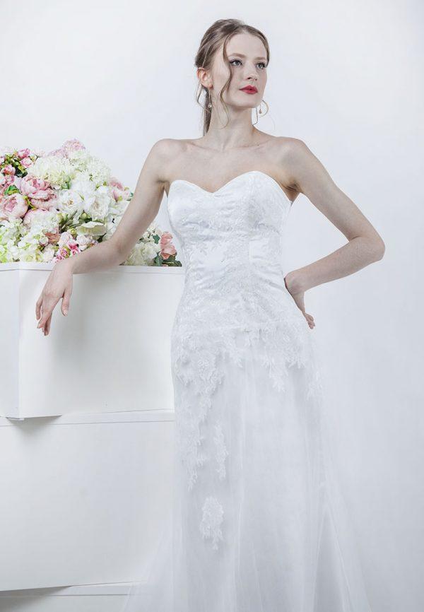 Svatební šaty s krajkou která spadá jako vodopád