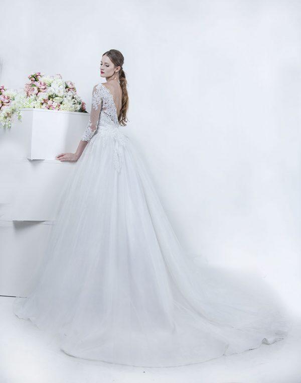 Svatební šaty s holými zády a dlouhou vlečkou