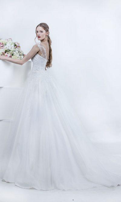 Svatební šaty s tylovou vlečkou