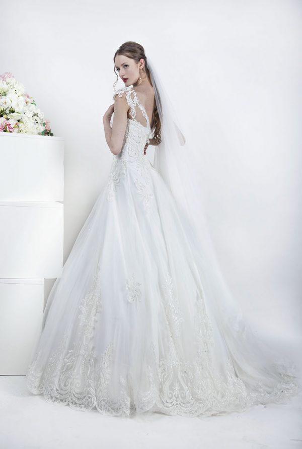 Svatební šaty s krajkovou vlečkou