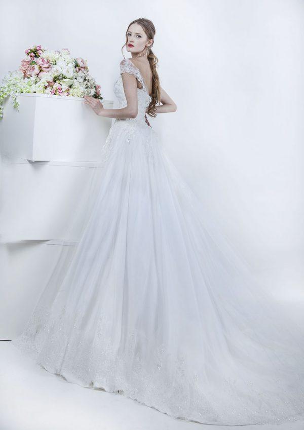 Hluboký výstřih na zádech svatebních šatů