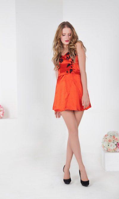 Krátké koktejlové šaty korálové barvy