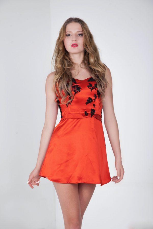 Koktejlové šaty s áčkovou sukní