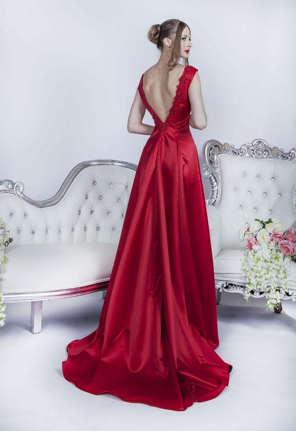 Společenské šaty s červenou vlečkou ze saténu