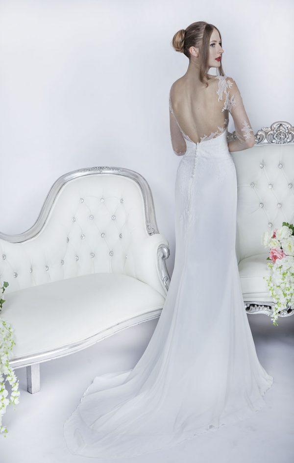 Svatební šaty s dekoltem na zádech