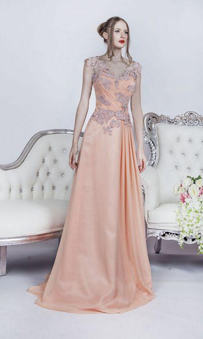 Společenské šaty ze splývavého meruňkového šifónu