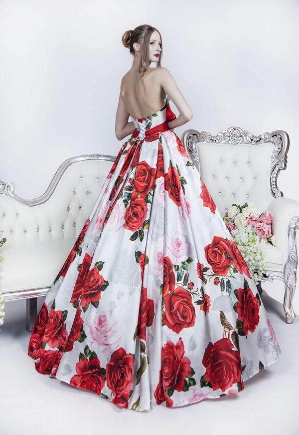 Plesové šaty plné červených růží