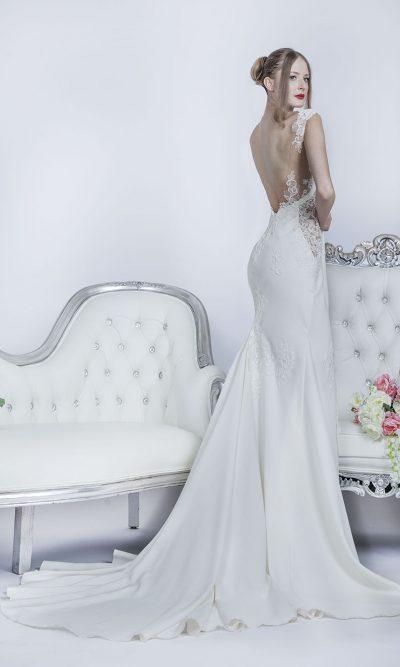 Svatební šaty s vlečkou z krepu