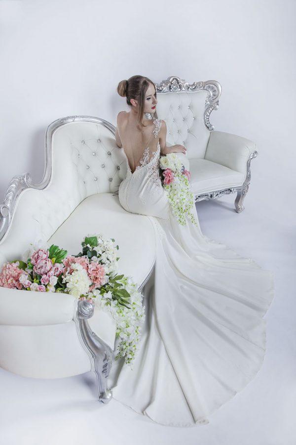 Svatební šaty s romantickým dekoltem
