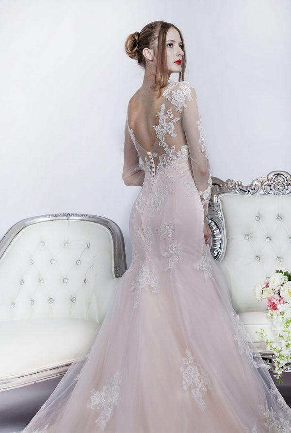 Svatební šaty s květinami v Praze