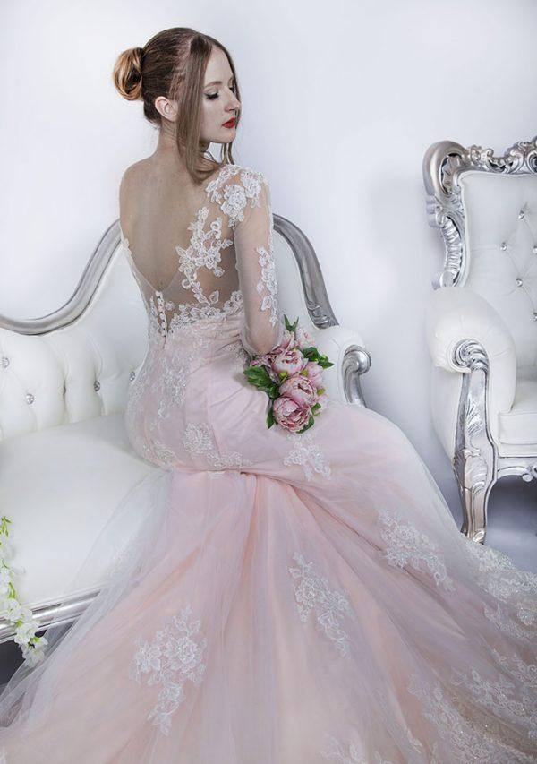 Svatební šaty extravagantní barvy