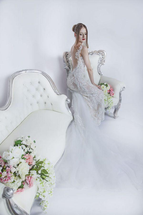 Svatební šaty s vyšívanými detaily