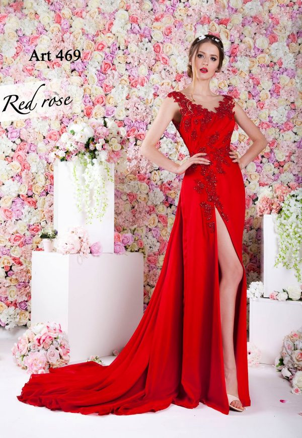 Splývavé červené večerní šaty s rozparkem